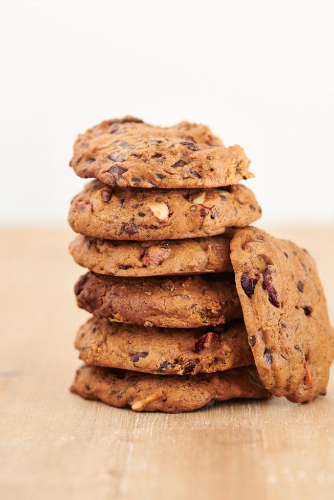 Cookies vegan a base de cranberries,amandes, noix de pecan, chocolat noir empilés l'un sur l'autre variante 1