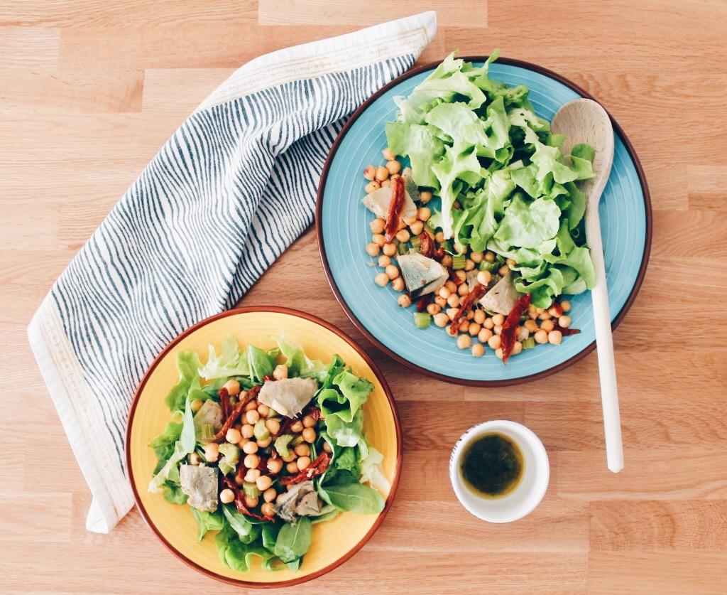 Salade de pois chiches, tomates séchées et coeurs d'artichauts sur le blog laualamenthe.com