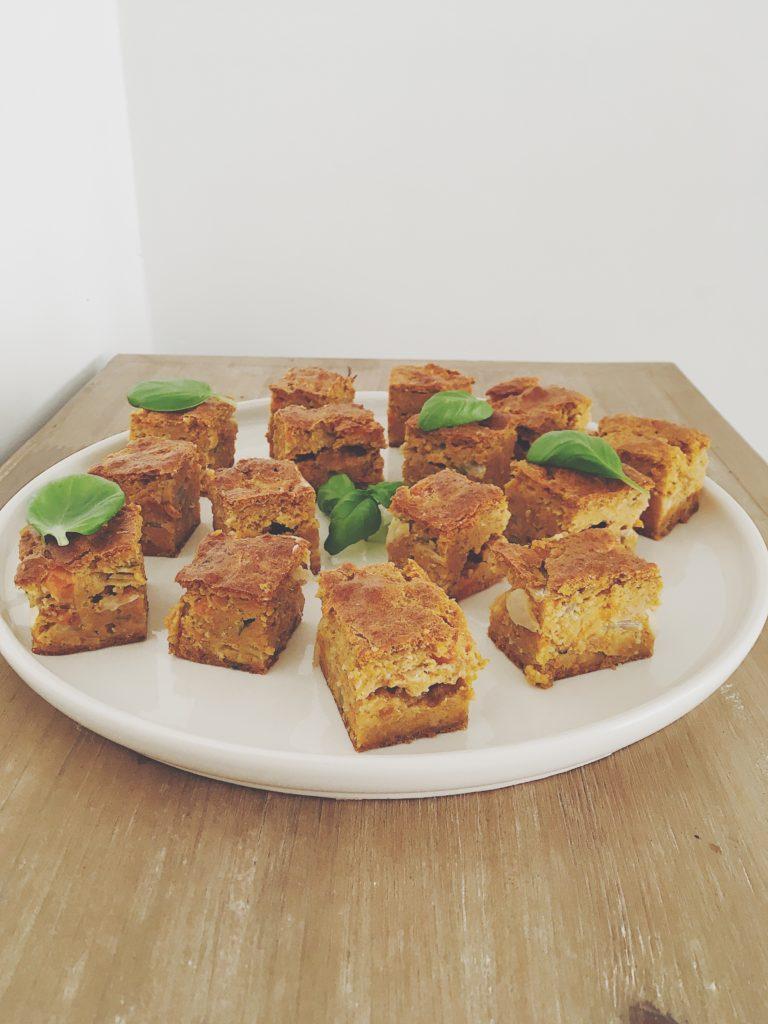 Morceaux carrés de brownie aux carottes et feuilles de basilic