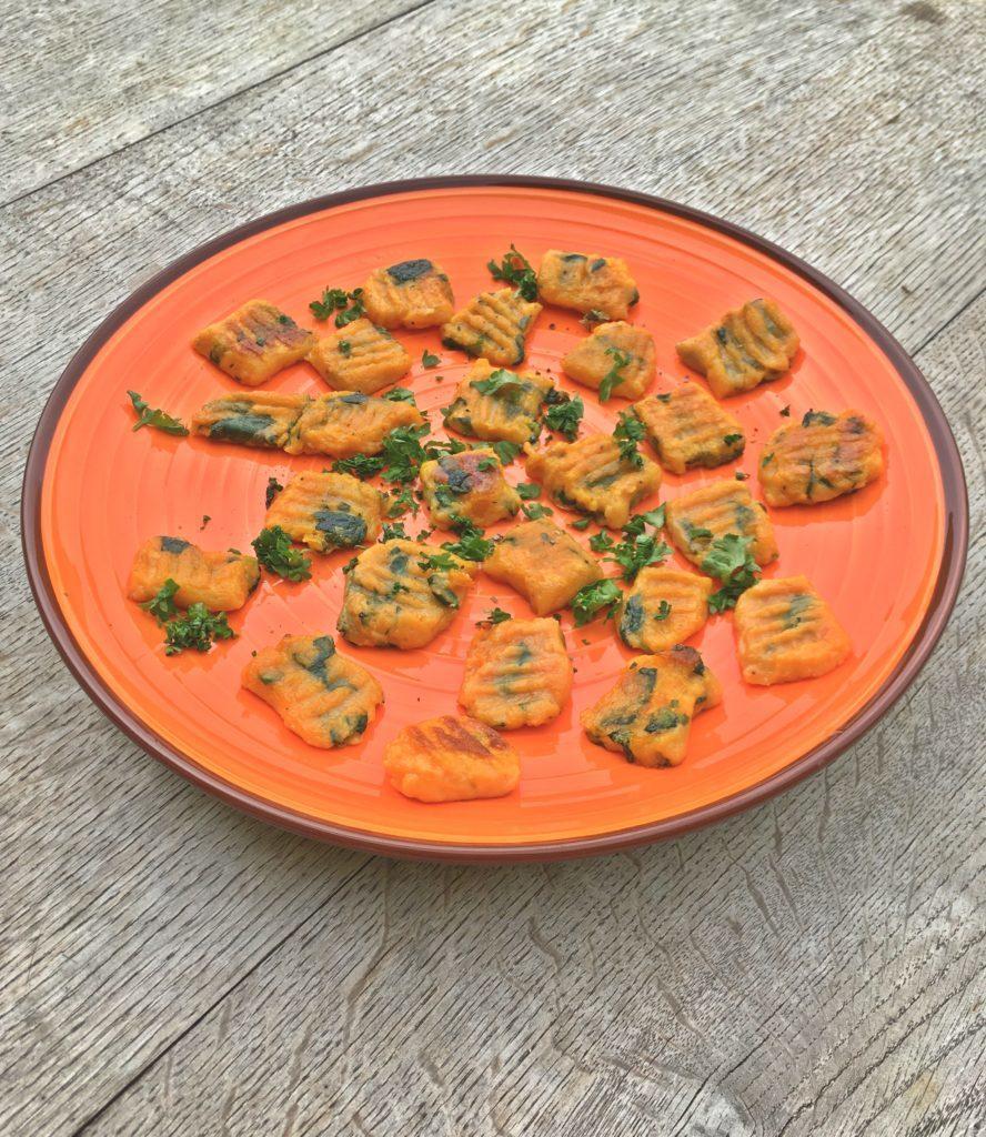 Assiette de gnocchis de patate douce aux épinards recette vegan et sans gluten