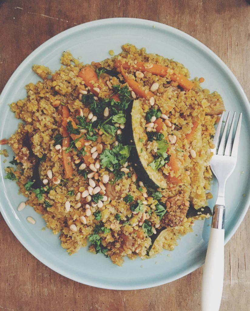 Assiette servie avec lentilles, quinoa, carottes, courgettes, figues séchées et pignons de pin