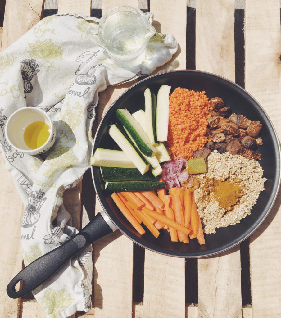 Casserole avec lentilles, quinoa, courgettes, carottes, épices et figues recette végétarienne