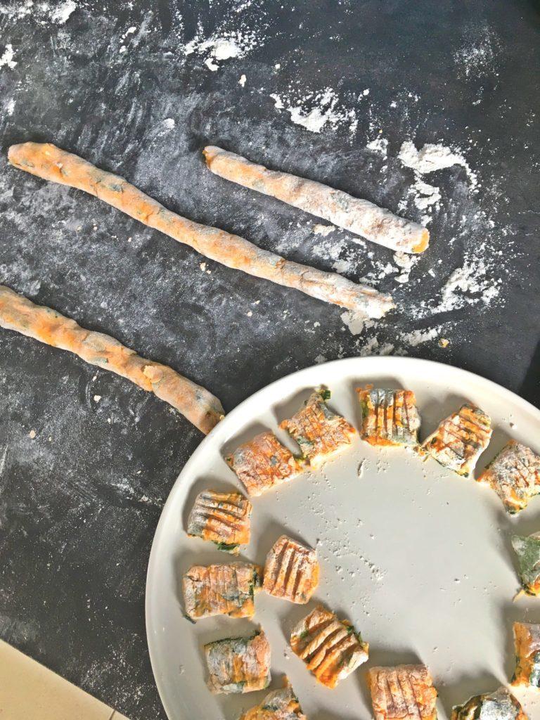 Préparation d'une recette de gnocchis à base de patate douce et d'pinards frais sans gluten et vegan