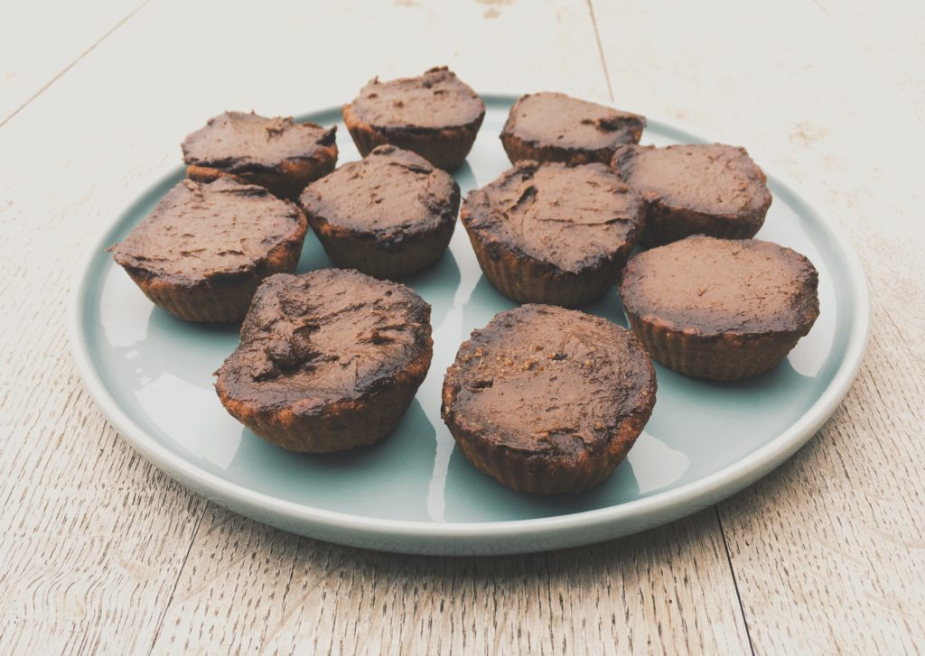 Mini tartes individuelles fourrées à la crème d'avocat et de cacao
