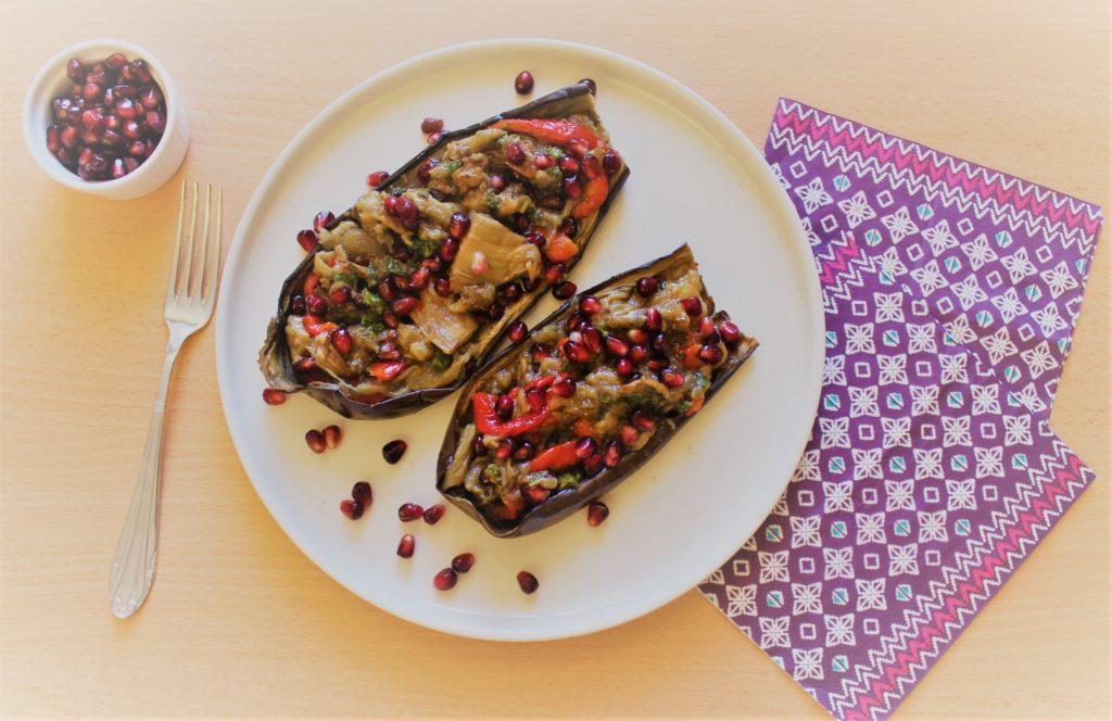 Une recette estivale d'aubergines froides farcies au poivron, graindes de grande et persil frais sur le blog laualamenthe.com