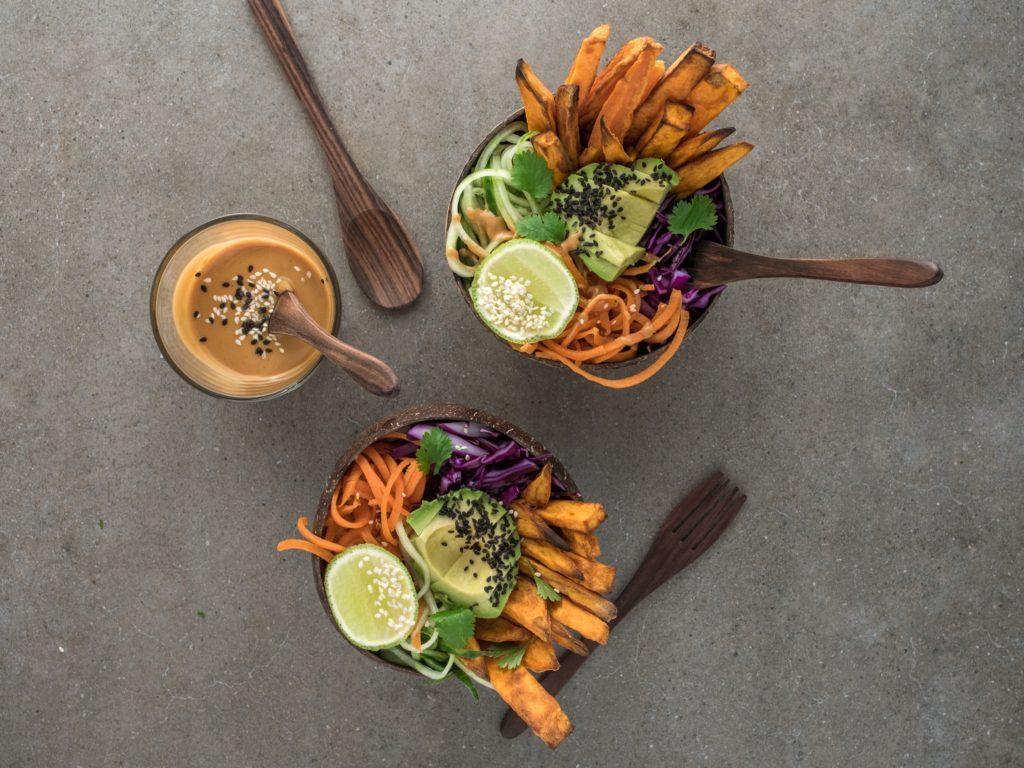 Frites de patate douce à l'origan, cuisson au four pour une version saine. Recete sur le blog laualamenthe.com