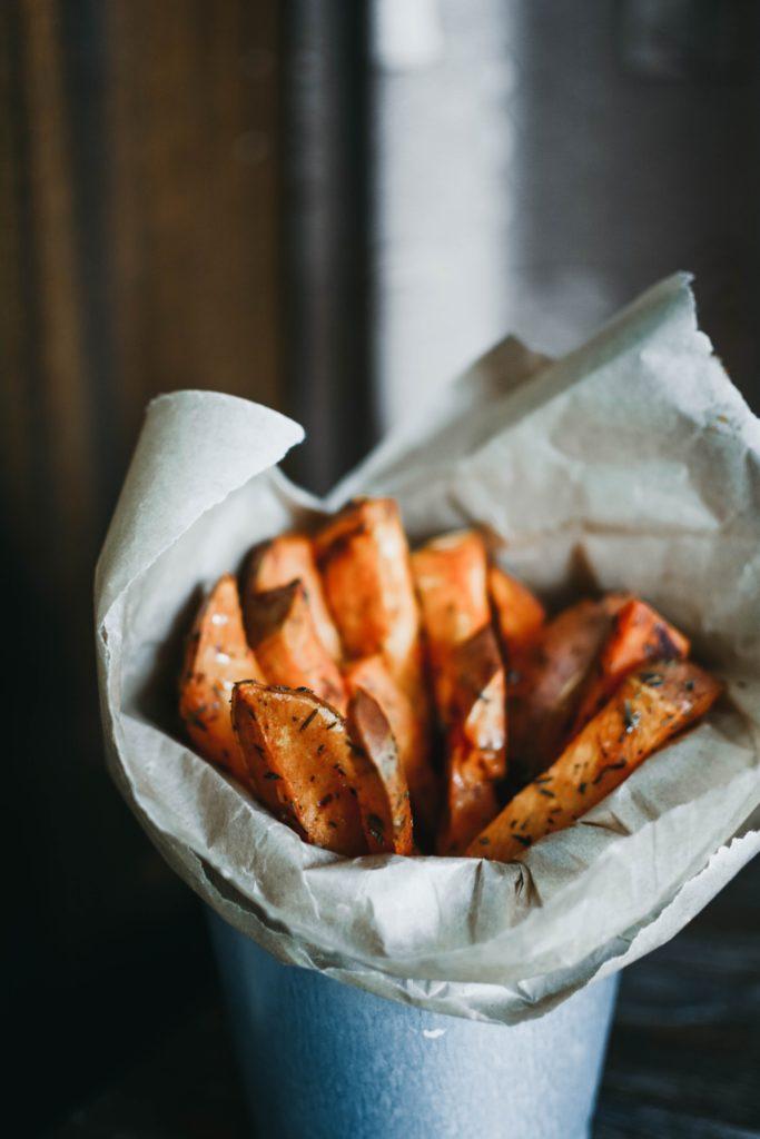 Une recette de frites de patate douce cuites au four, à l'huile dolive et à l'origan