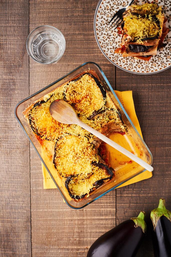 Une recette de lasagne vegan aux aubergines grillées, sauce tomate épicée et bechamel vegan sur laualamenthe.com