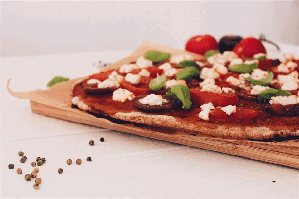 Recette de pâte à pizza et d'une garniture aux tomates, ricotta et basilic sur laualamenthe.com