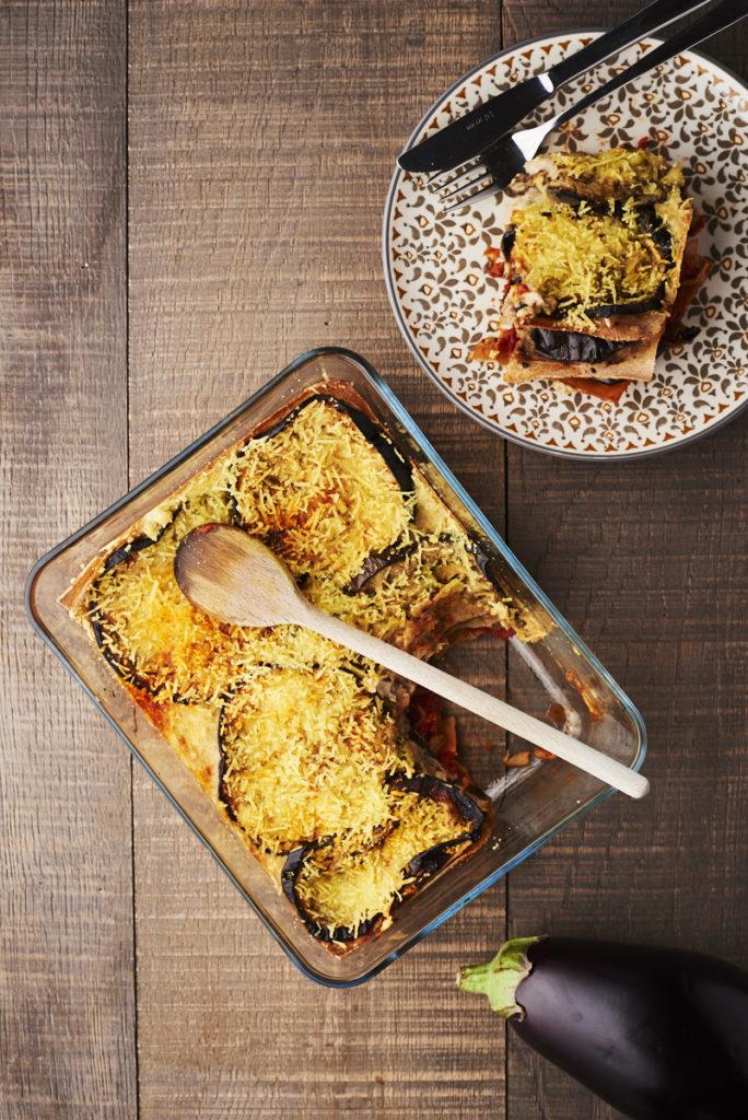 Recette vegan ou végétarienne de lasagne aux aubergines grillées, sauce tomate épicée et bechamel sur laualamenthe.com
