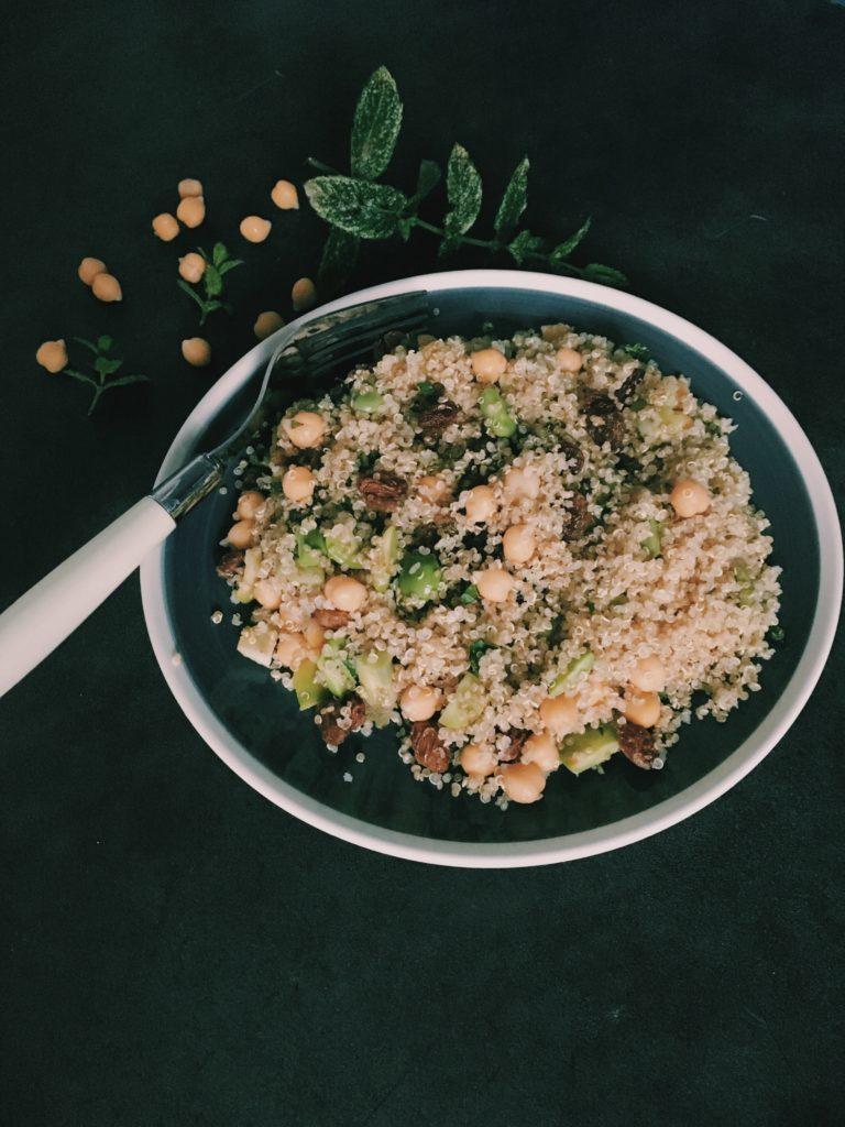 Plat de quinoa, pois chiches, fèves et raisins secs à la menthe, une salade estivale et acidulée sur le blog Laualamenthe.com