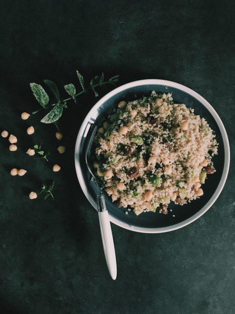 Une assiette riche en protéines végétales parfait pour les végétariens et les vegans : quinoa, pois chiches, fèves et raisins secs sur le blog laualamenthe.com