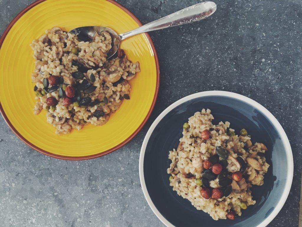Deux belles assiettes remplies de risotto vegan aux champignons, une recette de laualamenthe.com
