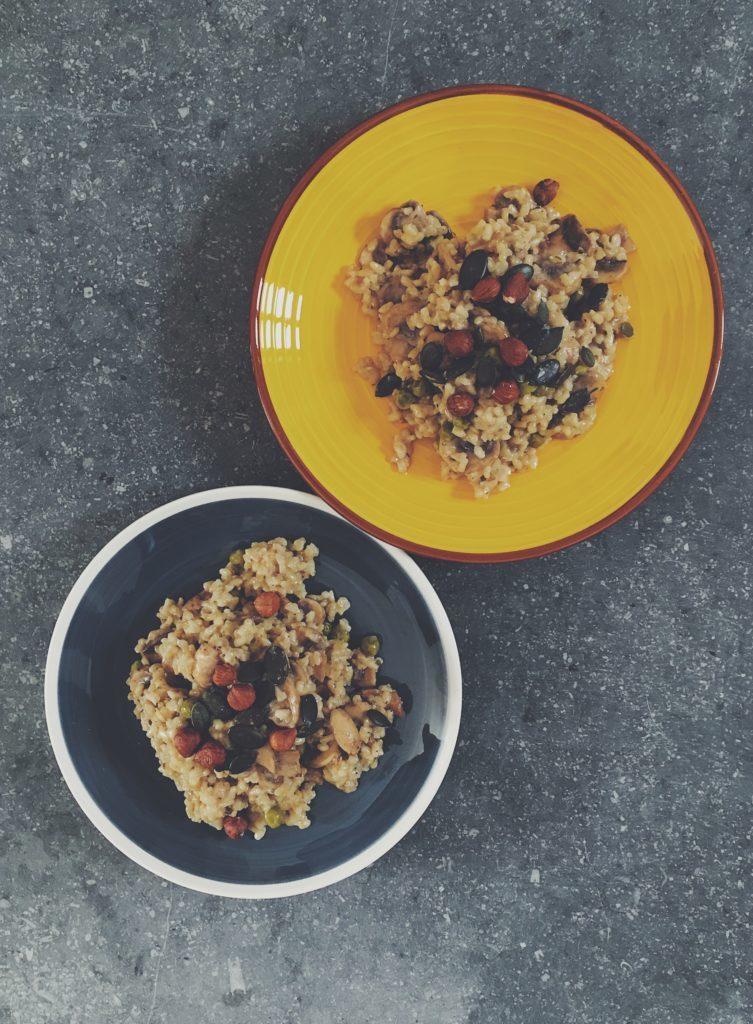 Deux belles assiettes remplies de risotto vegan aux champignons et petits pois - recette de Lau à la menthe