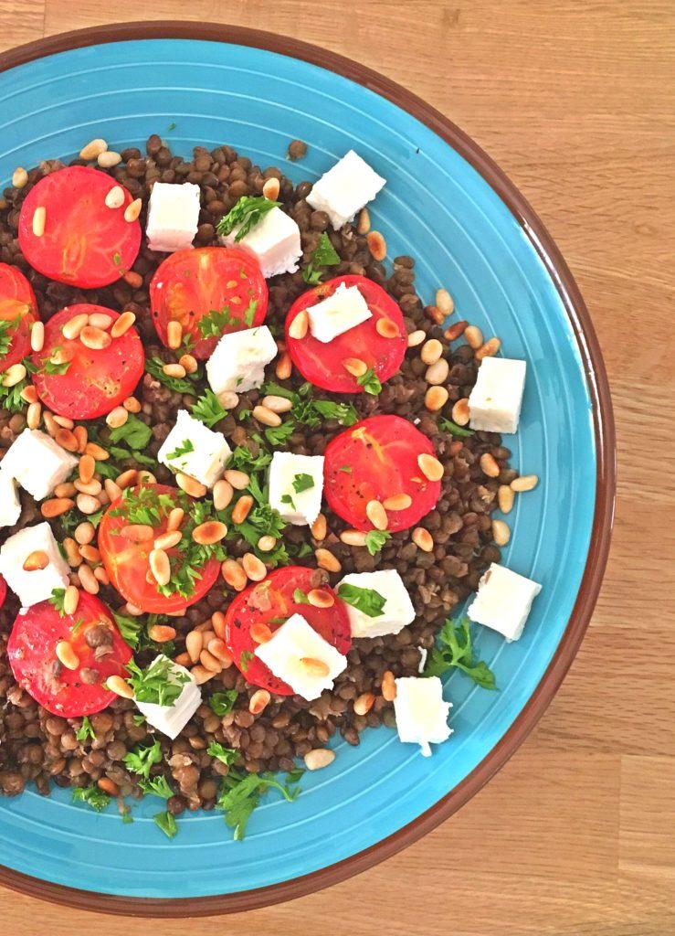 Salade de lentilles froides aux tomates roties, feta, pignons de pins grillés et persil frais sur laualamenthe.com