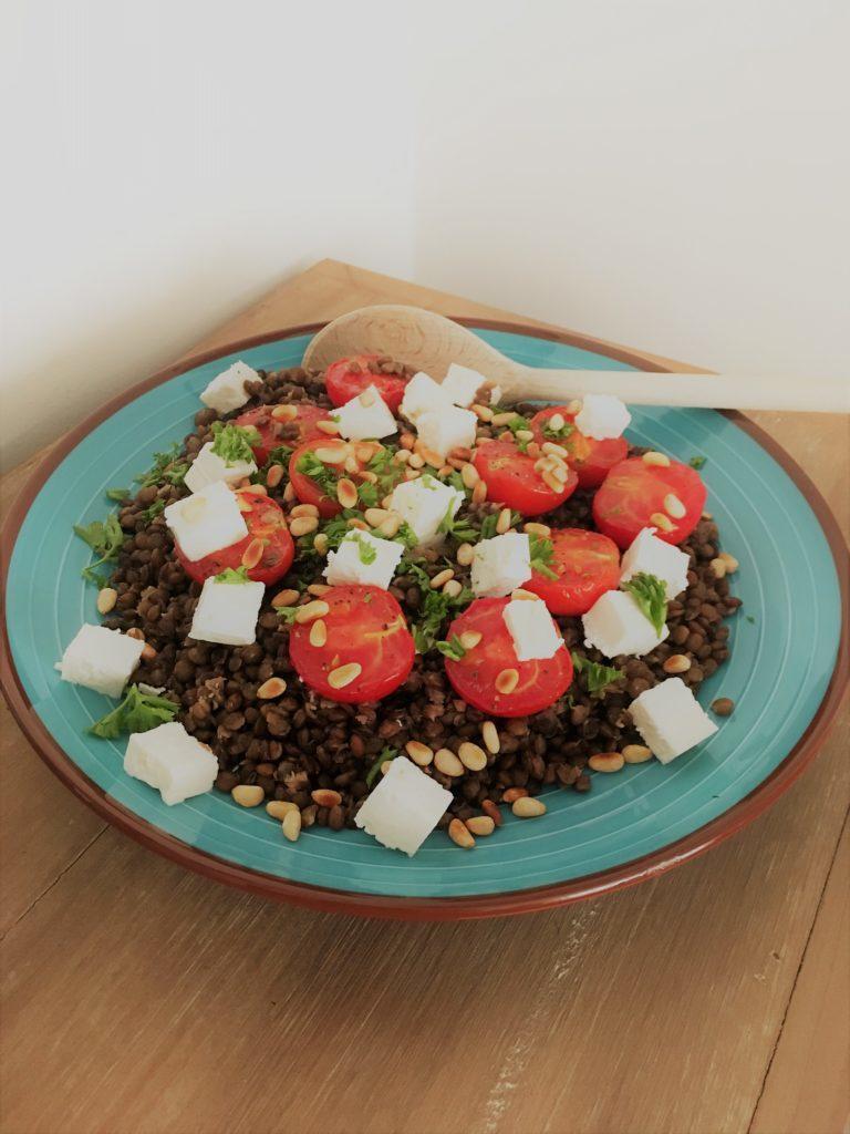 Une recette de lentilles aux tomates roties, feta et pignons de pin grillés à découvrir sur laualamenthe.com