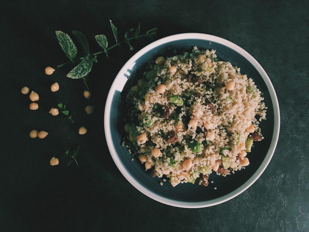 Recette rafraichissante de salade de quinoa à base de fèves, de pois chiches et de raisins secs et menthe fraiche sur le blog Laualamenthe.com