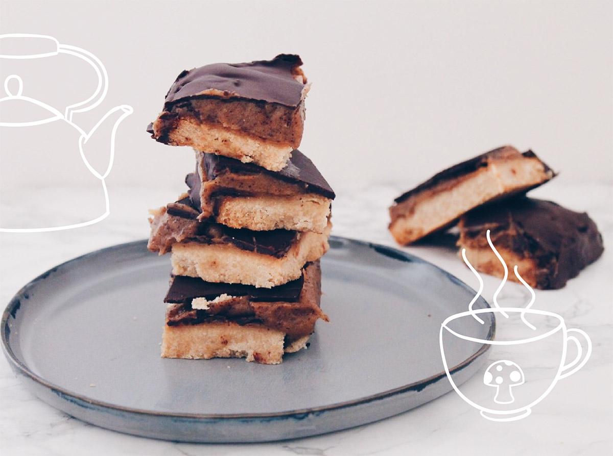 Recette de shortbread millionnaire vegan et sain, facile à préparer avec un caramel de dattes sur le blog laualamenthe.com