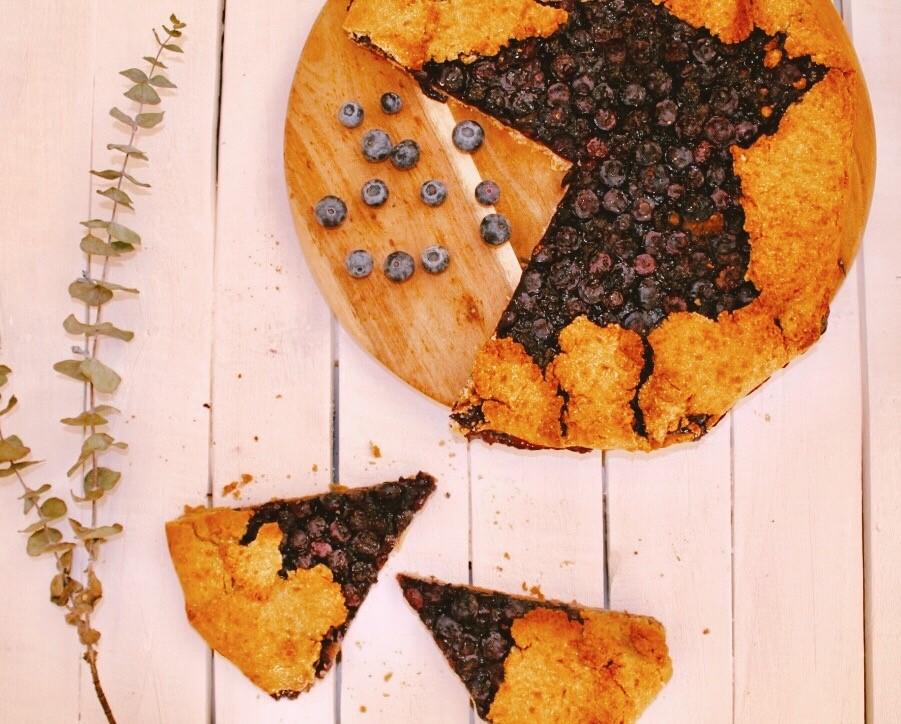 Recette d'une tarte rustique aux myrtilles, pâte à tarte maison aux amandes sur le blog laualamenthe.com