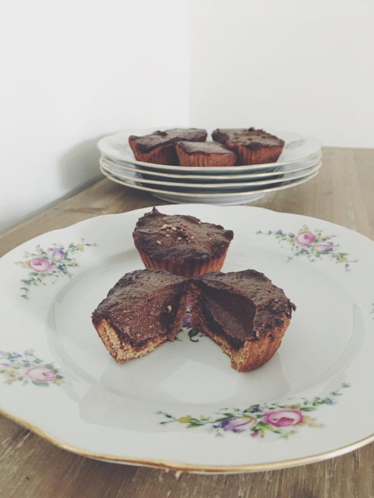 Tartes individuelles pâte à base de dattes et fourrées à la crème d'avocat et de beurre de noisettes maison