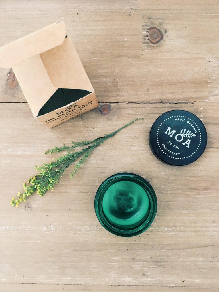 Vue de haut sur le green balm de MOA - cicatrisant et apaisant, un baume miracle pour la peau !