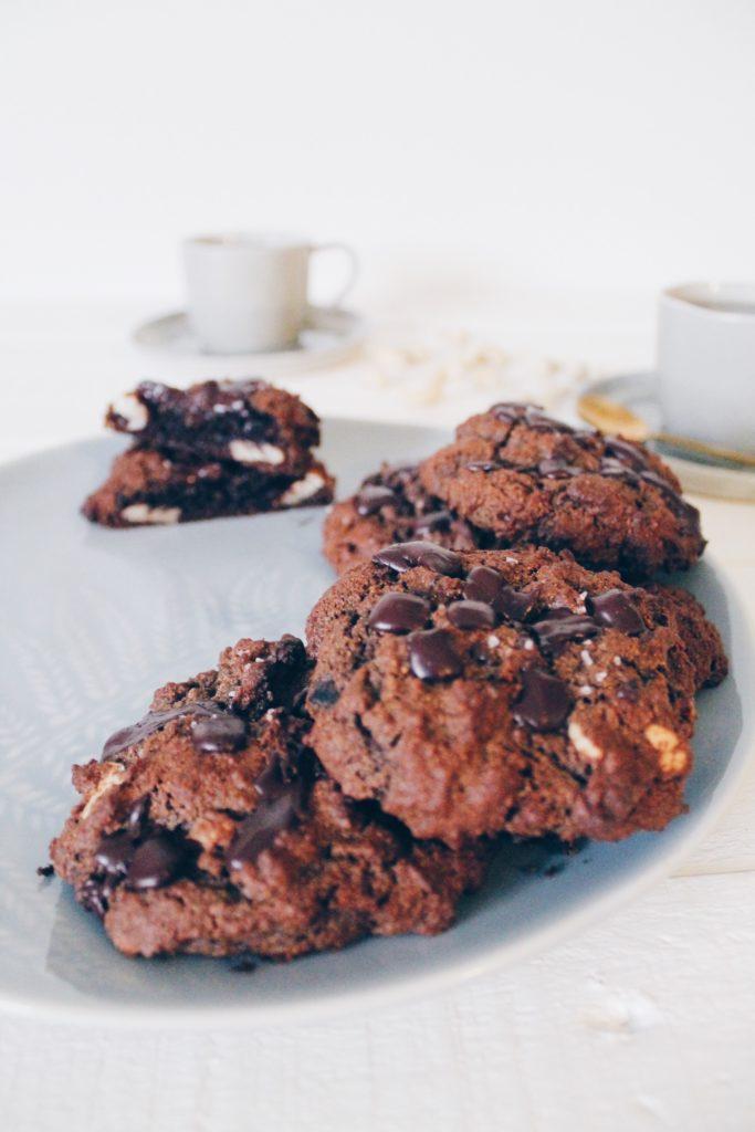 Recette de gros cookies au cacao, chocolat, noix de pecan et noix de cajou sur le blog laualamenthe.com