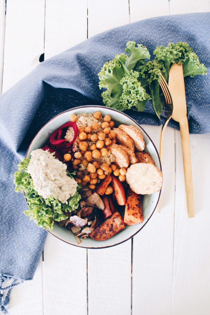 Buddha bowl à base de patate douce rôtie, de tapenade d'artichaut et de pois chiches grillés. Une recette du blog laualamenthe.com