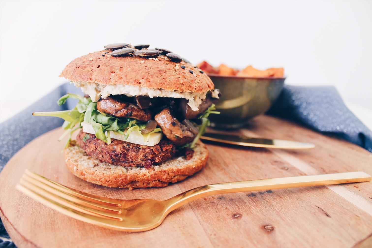 Une recette de burger végétarien avec un steak à base de haricots rouges et de champignons sur le blog laualamenthe.com