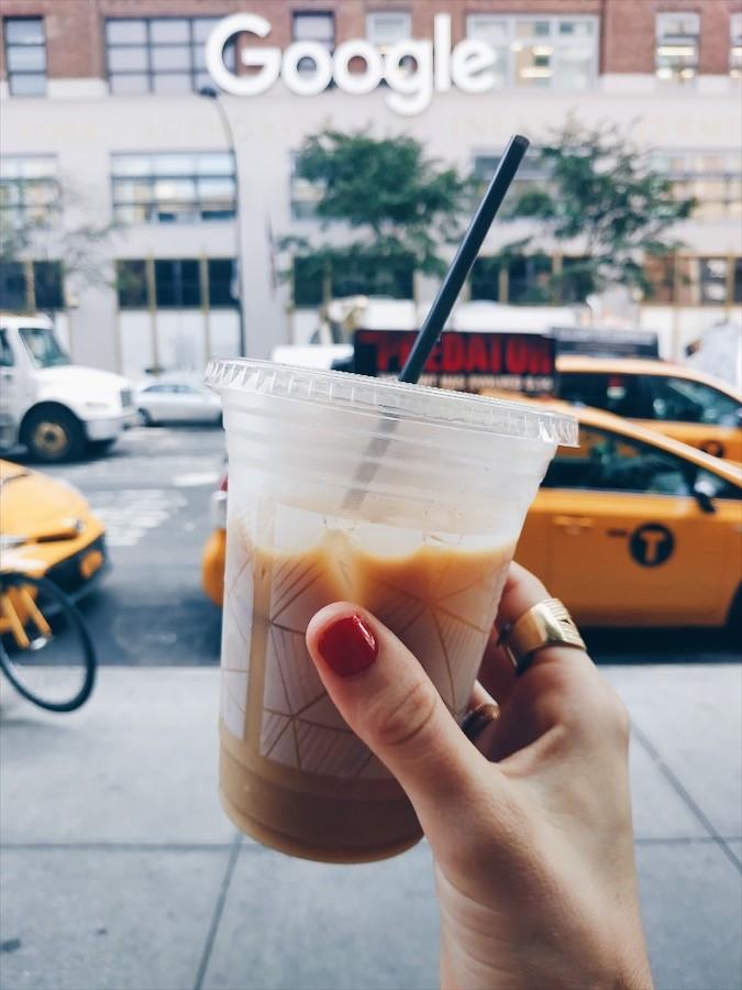 Photo d'un café glacé à New-York devant des taxis jaunes et un bâtiment Google - 15 bonnes adresses à New-York sur le blog laualamenthe.com