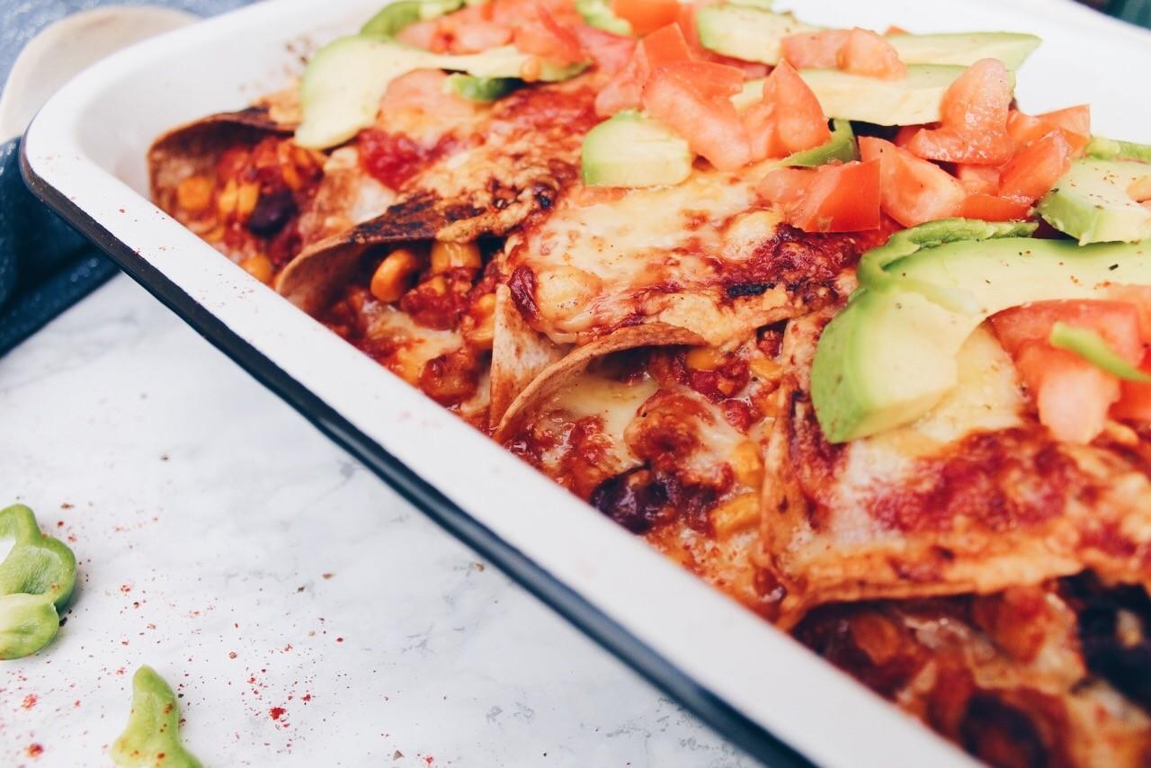 Recette de gratin d'enchiladas végétarien gratiné au cheddar et composé de tofu hâché sur le blog laualamenthe.com