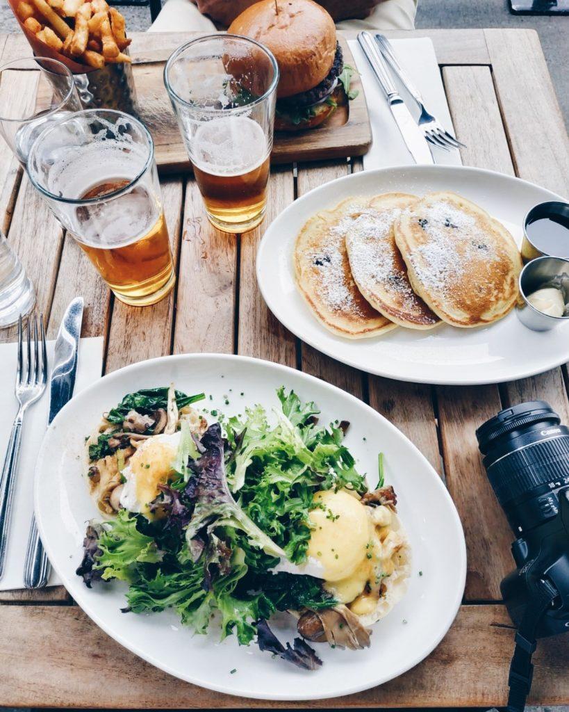 Oeufs bénédicte, pancakes à la ricotta et burger frites, le combo gagnant pour un brunch réussi chez Nickel & Dinner - 15 bonnes adresses à New-York sur le blog laualamenthe.com