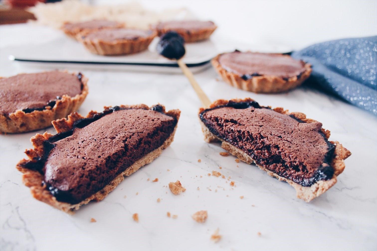 Tartes individuelles pralinées fourrées à la mousse au chocolat vegan. Une recette sur le blog laualamenthe.com