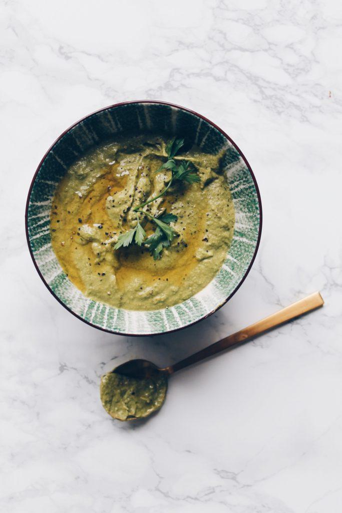 Un coulis de vert de poireaux pour accompagner un feuilleté aux marrons, mais aussi une quiche ou toute autre préparation salée qui le nécessite. Une recette #zérodéchets !