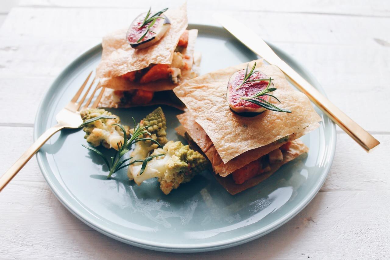 Une recette de millefeuille de légumes à la patate douce, chou romanesco et fromage de chèvre bleu sur feuilles de brick. via le blog laualamenthe.com