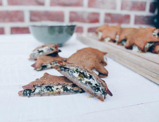 Chaussons salés à base de pâte à pizza fourrées à la ricotta, épinards, pignons de pin et parmesan. Recette sur le blog laualamenthe.com