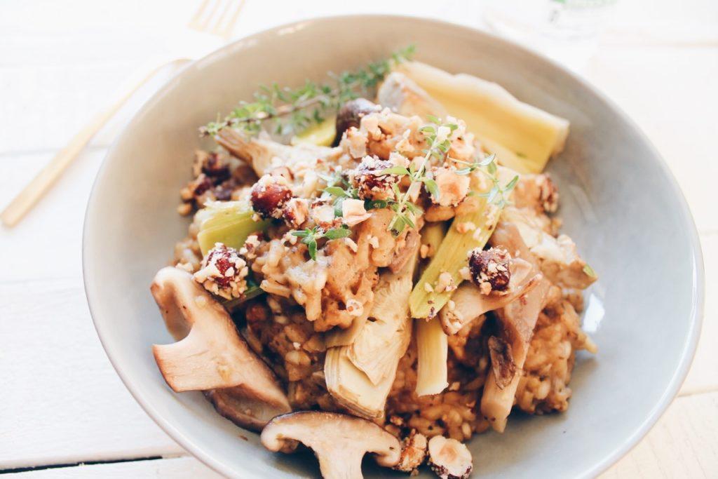 Un délicieux risotto vegan parfumé aux cèpes, avec des champignons, des poireaux et des coeurs d'artichaut. Une recette du blog laualamenthe.com