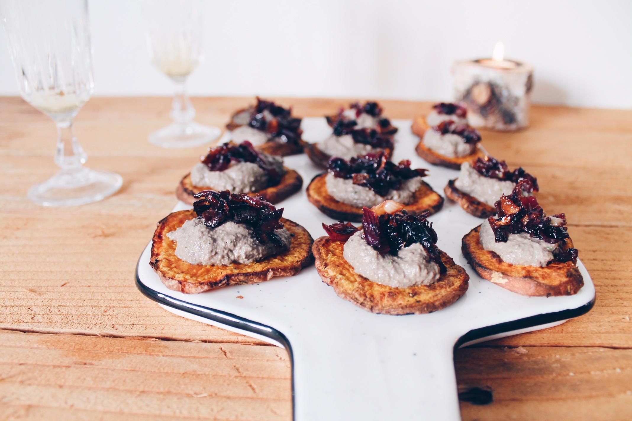 Recette d'apéro original et vegan : des toasts de patate douce recouverts d'une crème aux champignons et d'oignons caramélisés