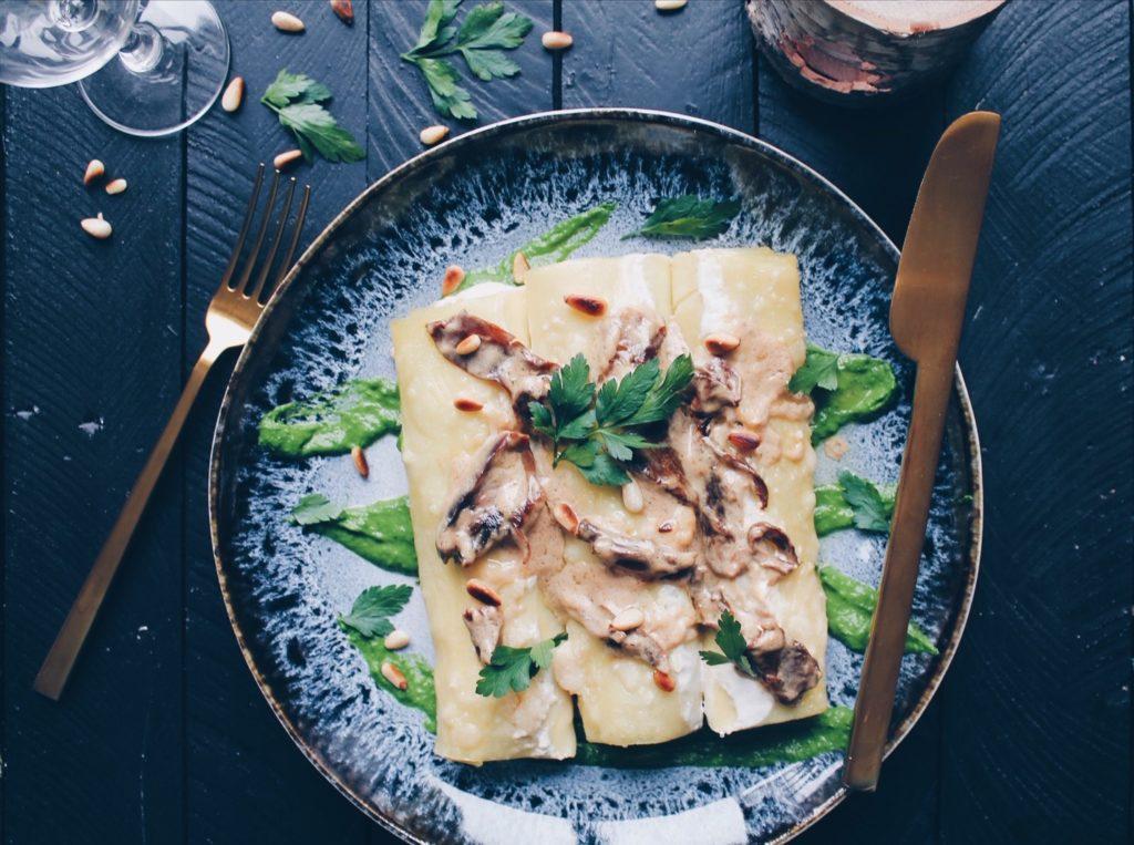 REcette de cannellonis farcis aux épinards, ricotta, parmesan, pignons de pin grillés, servi sur un coulis de persil et recouvert d'une crème aux cèpes. Sur le blog laualamenthe.com