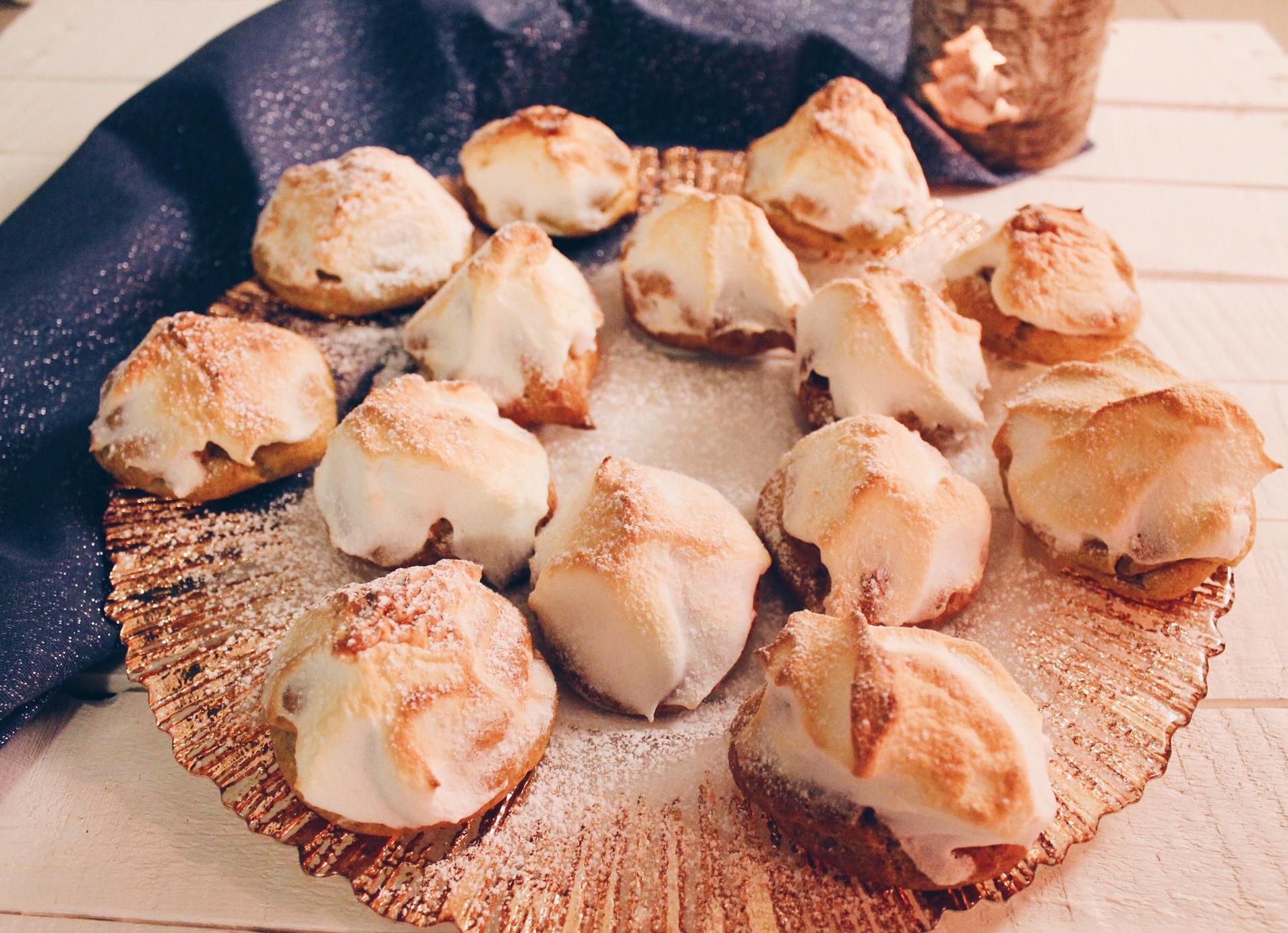 Petits choux fourrés au lemon curd et meringués, comme des tartes au citron ! REcette sur le blog laualamenthe.com