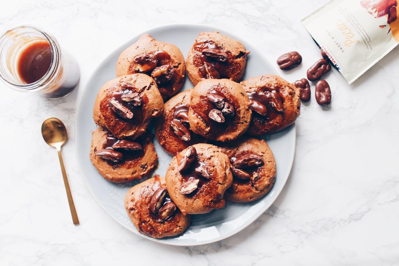 Cookies vegan au beurre de cacahuètes, pépites de chocolat, caramel maison vegan et noix de pecan. Alerte tuerie gustative sur le blog laualamenthe.com