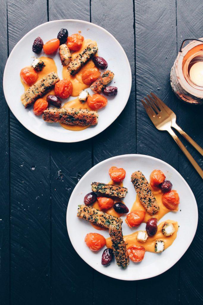 Recette de croquettes de feta servies sur un coulis de potimarron et accompagnées de tomates cerises et d'olives caramélisées. Sur le blog laualamenthe.com
