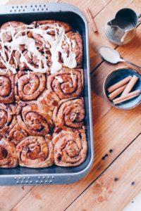 Recette de cinnamon rolls vegan, glaçage aux noix de cajou et filling aux nois de pecan sur le blog laualamenthe.com