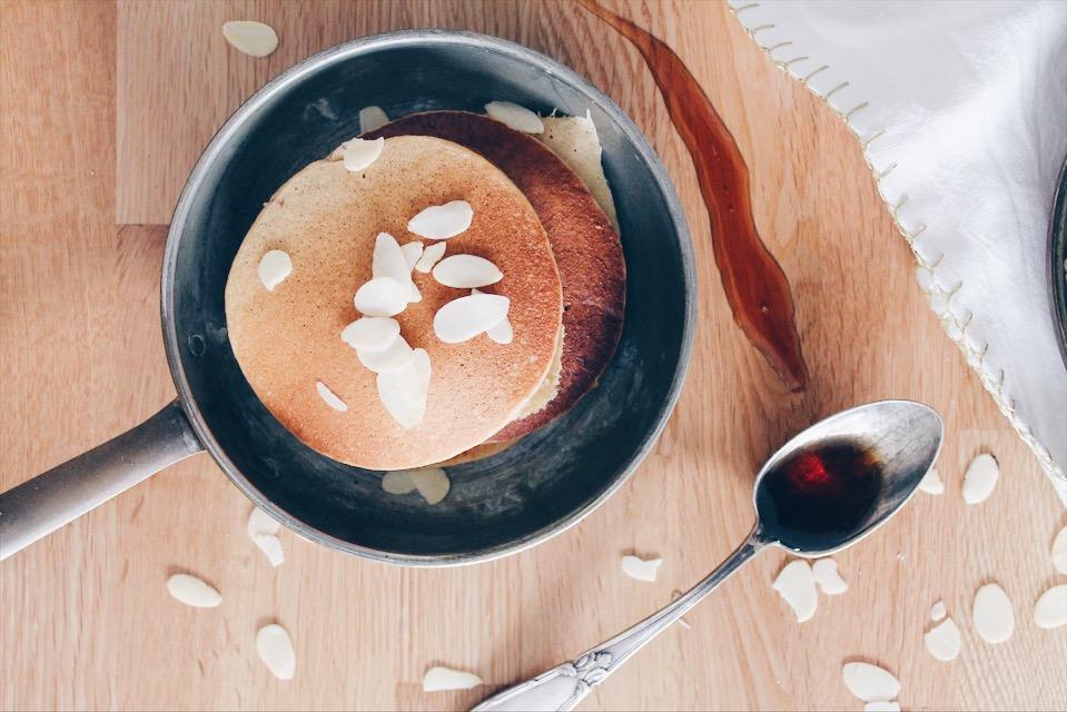 Recette de pancakes extra moelleux à la compote de pommes et sans gluten sur le blog laualamenthe.com