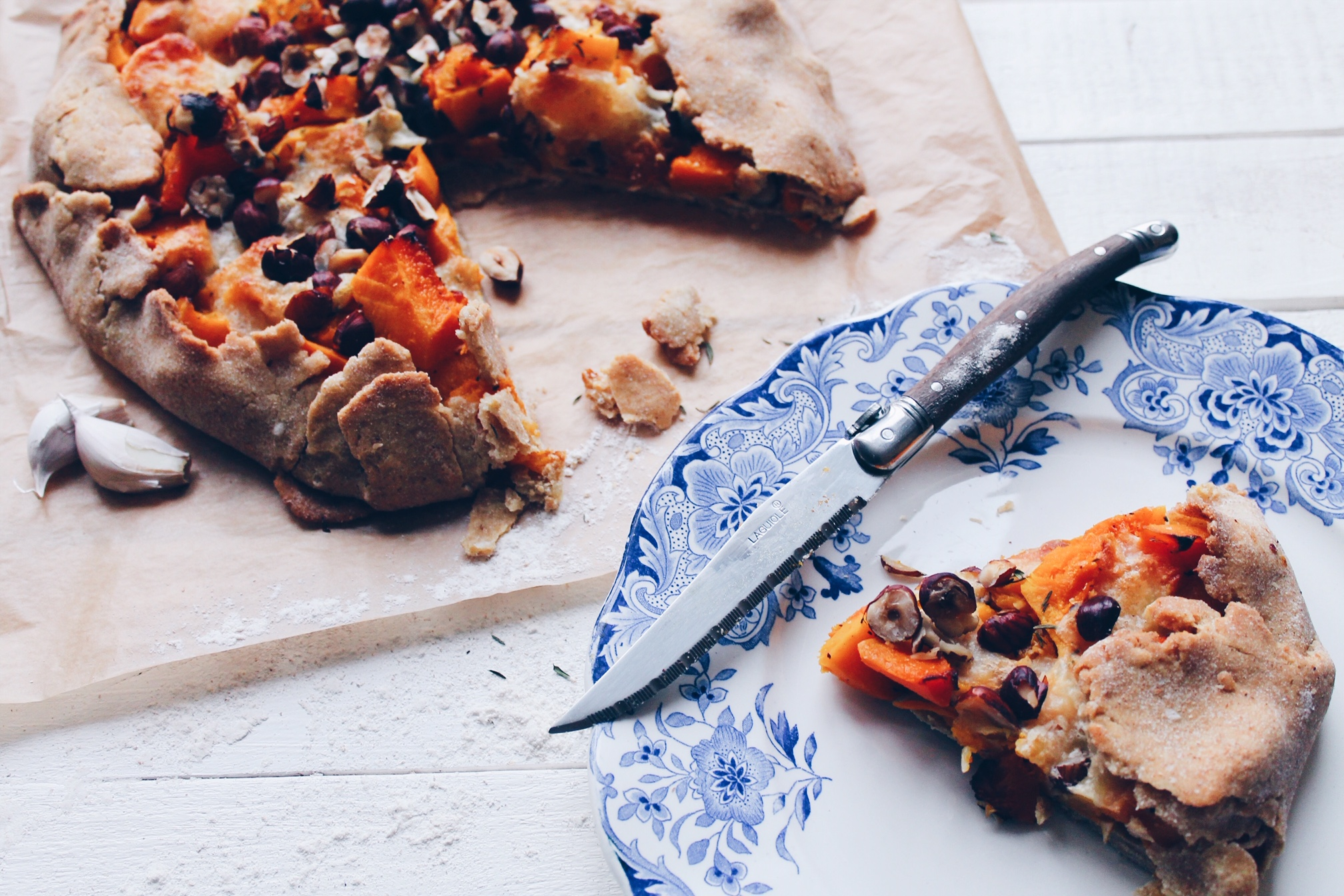 Recette de tarte à la courge butternut et au potimarron, gratinée à la mozzarella et aux noisettes sur le blog laualamenthe.com