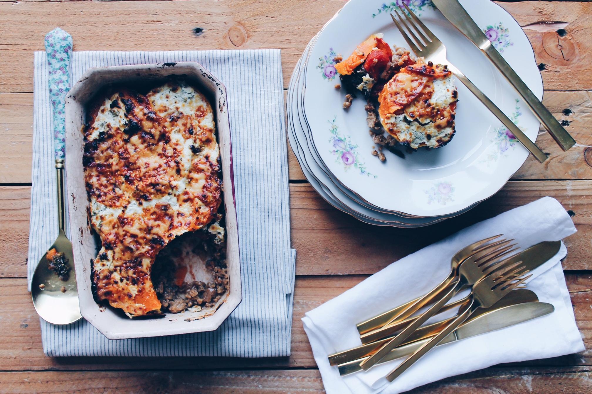 Recette de moussaka végétarienne au quorn composée de courge butternut rotie et de chou kale sur le blog laualamenthe.com