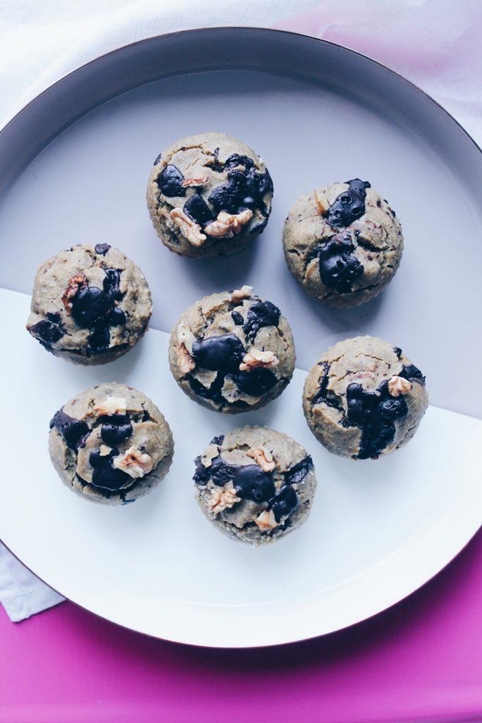 Recette de muffins à la banane spécial petit-déjeuner ; sain et vegan, ils sont composés de flocons d'avoine ! sur le blog laualamenthe.com