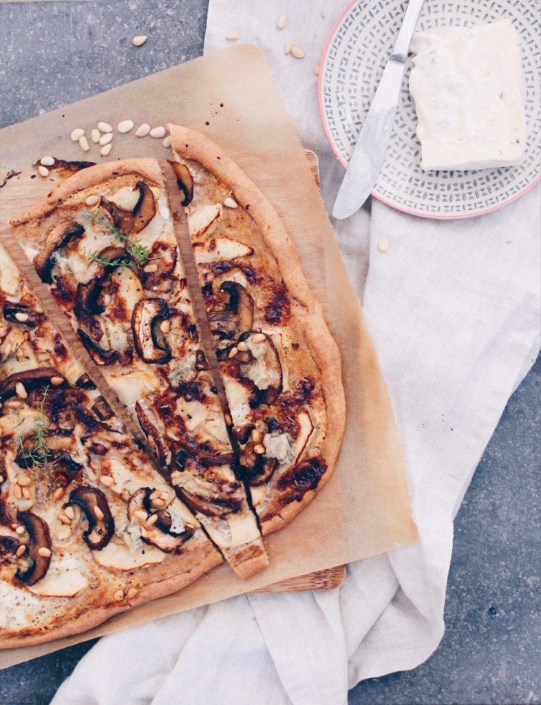 Recette de pizza sucré salé au gorgonzola, pomme, masarpone, miel et pignons de pin sur le blog laualamenthe.com