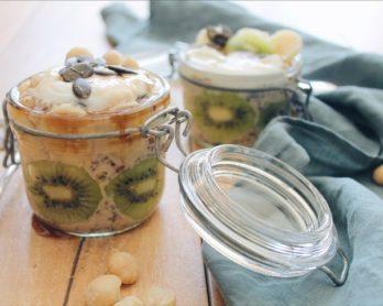Recette de porridge froid aux graines de chia et de courge, flocons d'avoine et noix de macademia sur le blog laualamenthe.com