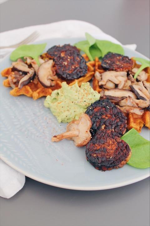 Gaufres de patate douce, poêlée de champignons, tranches de tempeh caramélisées et sauce à l'avocat