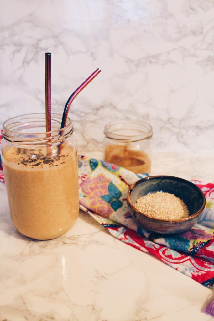 Recette de smoothie végétalien spécial petit-déjeuner au tofy soyeux et au son d'avoine sur le blog laualamenthe.com
